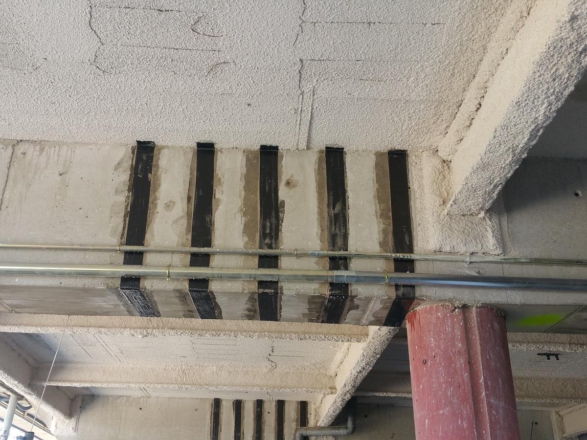 refuerzo de vigas en la estructura del helipuerto de un hospital